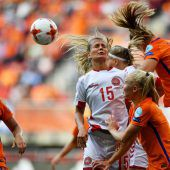 """<p class=""""caption"""">Das EM-Finale zwischen den Niederlanden und Dänemark brachte intensive Zweikämpfe am Boden und auch in der Luft.Foto: reuters</p>"""