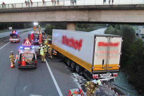 Der Lastwagen durchbrach auf Höhe Frastanz das Brückengeländer und blieb an der Außenkante hängen. Foto: vol.at/Rauch