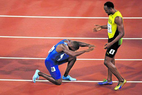 Der neue 100-Meter-Weltmeister verneigt sich vor dem Größten: Justin Gatlin und Usain Bolt.Fotos: apa