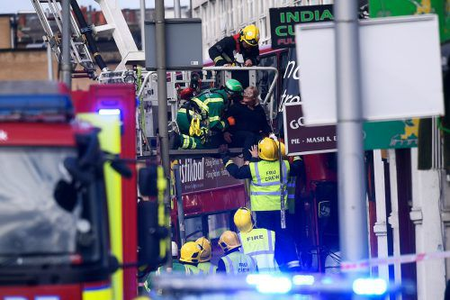 Der vordere Teil des Busses wurde stark beschädigt. Mehrere Insassen auf der oberen Etage des Busses mussten geborgen werden.Foto: Reuters