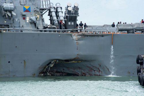 """Der Zerstörer """"USS John S. McCain"""" traf am Montag mit """"erheblichen Schäden"""" an seinem Rumpf am Marinestützpunkt von Singapur ein. Ap"""