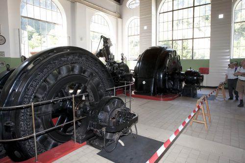 Die alten Generatoren im Alvierkraftwerk der Firma Getzner sind eines der Highlights der zweiten Energiewanderung des Jahres. Foto: VN/ Paulitsch