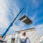 """<p class=""""caption"""">Die Bauteile wurden knapp 15 Meter hoch in die Einhausung eingehoben. Fotos: VN/Steurer</p>"""