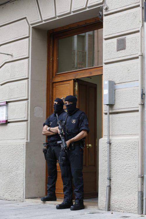 Die katalanische Polizei durchsucht ein Haus in Ripoli. Foto: AFP
