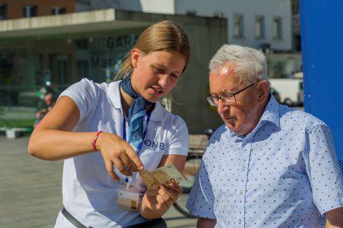 Die Mitarbeiter des Euro-Busses informieren die Besucher auch über die Sicherheitsmerkmale der Euro-Scheine. Fotos: VN/Paulitsch