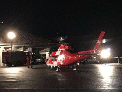 Die Ortsfeuerwehr Brand leuchtete den Landeplatz für den Rega-Hubschrauber aus. Foto: Ortsfeuerwehr Brand