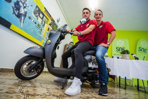 Die Spieler Emanuel Sakic (l.) und Hannes Aigner sind den SCRA-eScooter schon gefahren. Rund 2000 Euro kostet der eScooter, der von der Firma SNE eMobility in Lustenau gebrandet und vertrieben wird. Die Fans können den Roller mit eingebautem MP3-Player im SCRA-Fanshop beim Stadion besichtigen und bestellen.Steurer