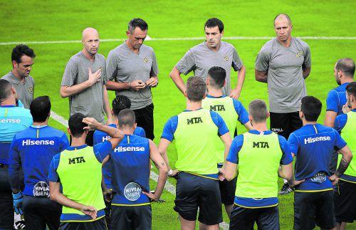 Die Spieler lauschen den Worten von Jordi Cruyff.Foto: gepa