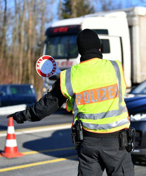 Ein Beamter kontrolliert an der Grenze zu Österreich. Foto: APA