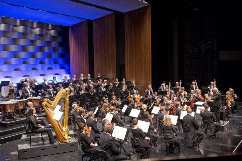 Enrique Mazzola bestätigt am Pult der Symphoniker beschwörend, mit großer Geste seine Position als quirliger Strahlemann vom Dienst. Foto: BF/Mathis