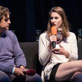 """<p class=""""caption"""">""""Es ist ein Vergnügen, hier zu sein"""": Adam Kutny (Figaro) und Anat Edri (Susanna) treten in """"Le nozze di Figaro"""" am Kornmarkt auf.</p>"""
