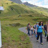 Grünen-Chefin Felipe startet Wanderung in Lech