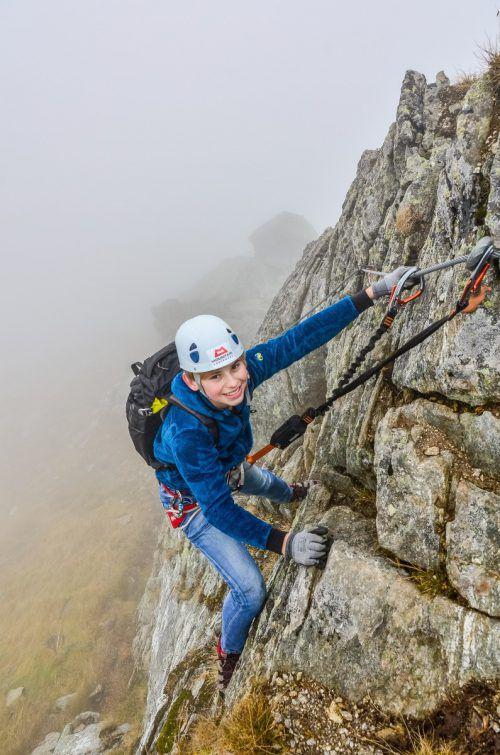 Hoch hinaus: Schon Kinder können mittels Klettersteigen steile Felswände bezwingen. Aber die Vorsicht sollte immer mitklettern.