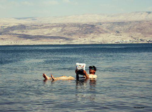 Richtig obenauf war Mathias Grabher aus Lustenau, der beim Baden im Toten Meer in Israel völlig entspannt die VN lesen konnte.