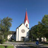 Kirchturm strahlt wieder in Weiß-Rot