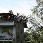 Feuer auf einem Dachstuhl in Tosters
