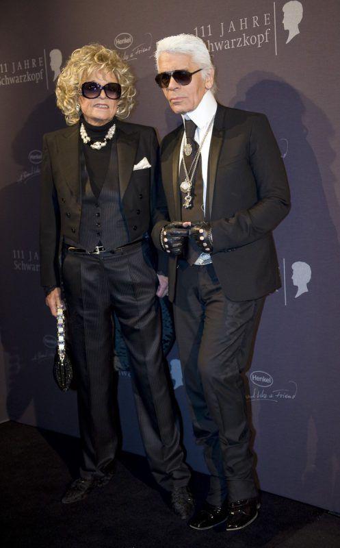 Foto aus dem Jahr 2009: Gabriele Henkel und Modedesigner und Fotograf Karl Lagerfeld bei einer Ausstellung in Düsseldorf. Foto: AP