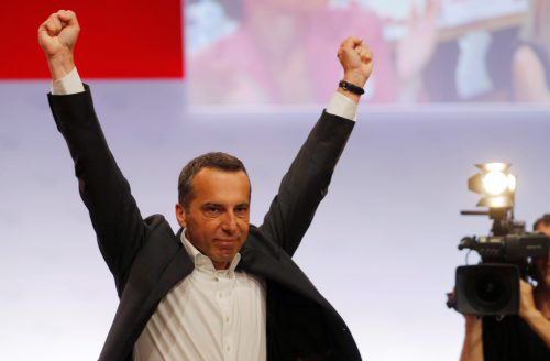 Für seine Rede zog Kern sein Sakko aus, krempelte die Ärmel hoch und ging auch sonst unmissverständlich auf Distanz zu ÖVP und FPÖ. Reuters