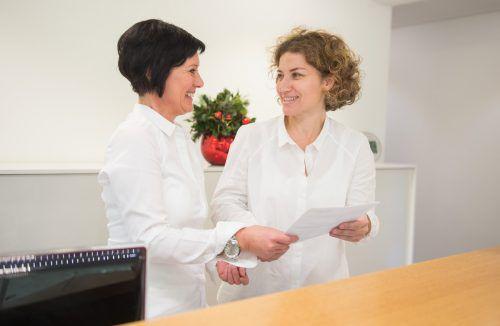 Gabriele Gort (r.) im Bild mit ihrer Assistentin Petra Ritter, hat den Schritt in die Selbstständigkeit als Ärztin nie bereut.ärztekammer