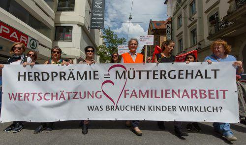 Gertraud Burtscher (mit Warnweste) hat bereits die erste Oma-Revolte-Demo in Bregenz organisiert. Die zweite Demo ist in Wien. VN/paulitsch
