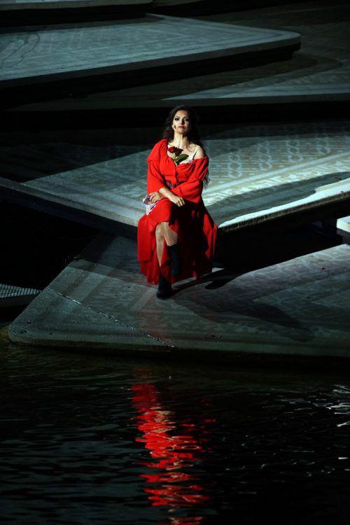 """Großes Lob den Akteuren der Oper """"Carmen"""" für deren Einsatz auf der Seebühne trotz starken Regens."""
