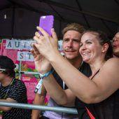 "<p class=""caption"">Hunderte weibliche Fans knipsten Selfies mit David Friedrich.</p>"