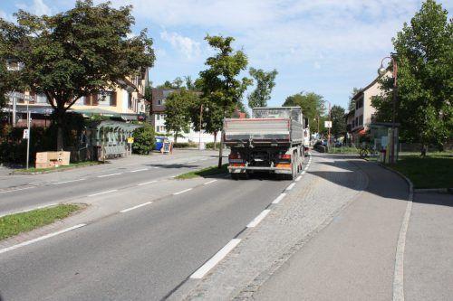 Im Bereich der Verkehrsinseln wirken gerade Lkw besonders schnell, glaubt Bürgermeister Wutschitz.  Foto: VN/GMS
