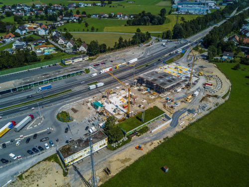 Im November des Vorjahrs wurde auf dem Areal des ehemaligen Autobahnzollamts der Spatenstich gefeiert, die Fertigstellung der Raststätte Hörbranz ist für Juni 2018 geplant. Foto: VN/Paulitsch