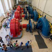 """<p class=""""caption"""">Imposante Einblicke gewährte der Maschinenraum in der Kraftwerkshalle. Fotos: dietmar stiplovsek</p>"""