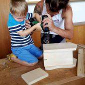 Bucher errichten Nistkästen für Meisen