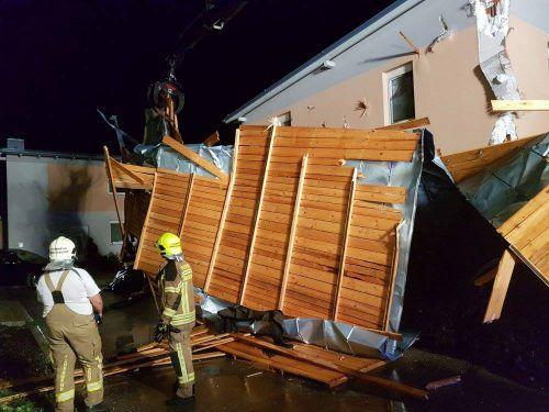 In der niederösterreichischen Gemeinde Trumau richteten Unwetter schwere Schäden an. Die Feuerwehr war im Großeinsatz.Foto: APA