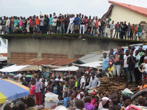 In Freetown wurde mit der Bestattung der ersten Opfer begonnen. Daran nahm auch Staatschef Ernest Bai Koroma teil.Foto: AFP