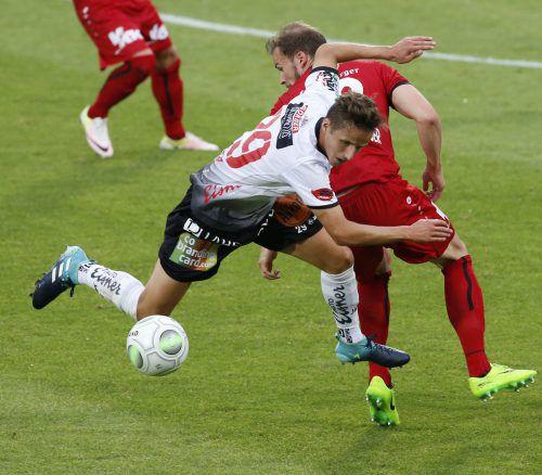Jan Zwischenbrugger (im Bild gegen Gerald Nutz) musste in der Schlussphase verletzt vom Platz. Rechts: ein enttäuschter Ngamaleu.gepa/apa