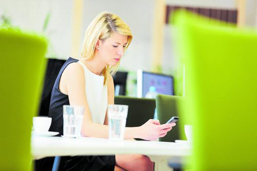 Je jünger die Arbeitnehmer sind, desto mehr Arbeitszeit geht durch privaten Handygebrauch verloren.