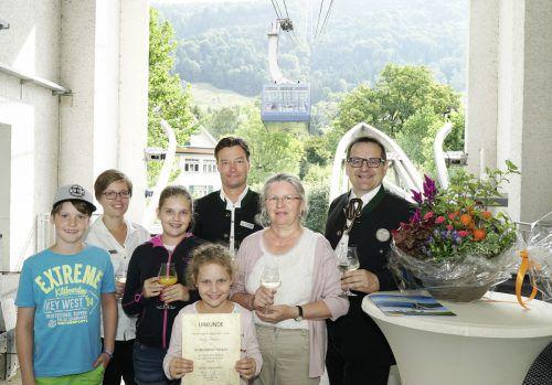 Julia Stocker, Berthold Martan und Thomas E. Kinz gratulierten Maria Vonach und ihren Enkeln.