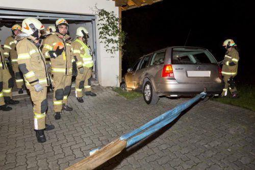 Letztendlich gelang es der Feuerwehr, das drohende Abrollen des Autos zu verhindern. Foto: D. mathis