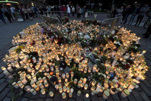 Mit Kerzen und Blumen haben zahlreiche Menschen den Opfern in Turku ein Andenken gesetzt. Foto: AFP