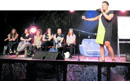 Moderatorin und Wortkünstlerin Diana Köhle ermutigte die sechs Teilnehmer, schräge, lustige und auch frustrierende Erinnerungen von früher vorzutragen. Foto: Sven Papmeier