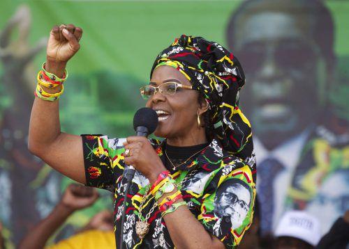 Mugabe wurde bereits bei früheren Auslandsreisen tätlicher Angriffe beschuldigt. 2009 soll sie einen Fotografen in Hongkong geschlagen haben.