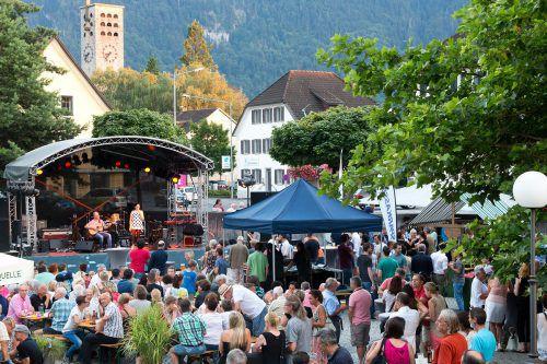 Am Freitag und Samstag dreht sich in den Gastgärten und Straßencafés in der Rathausgasse und am Vorplatz der Remise Bludenz alles um tanzbare Gute-Laune-Musik. amt der stadt bludenz/Mathis