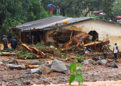 Nach dem gewaltigen Erdrutsch gestalten sich die Rettungsarbeiten schwierig. Hunderte Tote werden unter den Erdmassen befürchtet. AFP