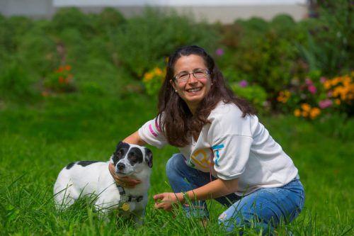Nadija Pretterhofer und ihre Mischlingshündin Topa sind inzwischen wieder vereint und ein Herz und eine Seele. Foto: VN/Paulitsch
