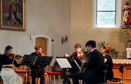 Natalia Sagmeister und Alex Ladstätter mit Musikerkollegen in der Pfarrkirche. Foto:VN/Dietrich