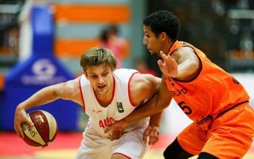 Österreichs Basketball-Team mit Moritz Lanegger (l.) musste sich den Niederlanden mit 72:79 geschlagen geben. Foto: apa