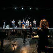 """<p class=""""caption"""">Probenszene für die Uraufführung von """"To the Lighthouse"""" von Zesses Seglias unter der Leitung der Dirigentin Claire Levacher auf der Bregenzer Werkstattbühne. FotoS: Sams</p>"""