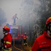 Waldbrände schließen Dorfbewohner ein