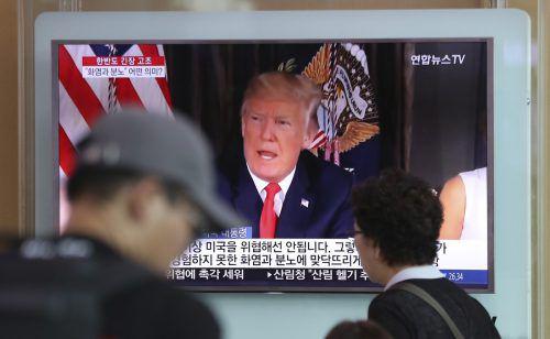 Südkoreaner verfolgen in Seoul einen Fernsehbericht über die jüngsten Äußerungen des US-Staatschefs. Foto: AP
