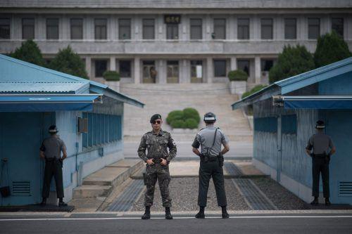 Südkoreanische Soldaten stehen Wache in Panmunjom, wo dieGrenze zu Nordkorea nur ein paar Meter entfernt ist. Foto: afp