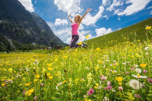 Bilderbuchwetter lockt Touristen aus aller Herren Länder (im Bild Lilia) in alle Vorarlberger Landesteile, in diesem Fall ins Zugertal in Lech.VN/Steurer