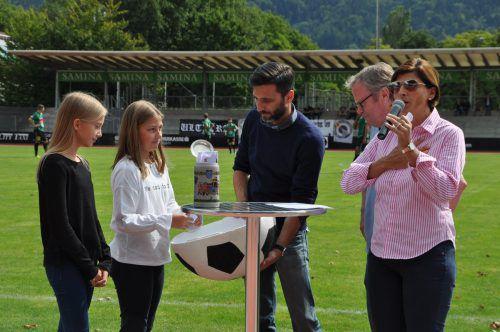 Unter Aufsicht von Richter Dr. Dieter Santner (Zweiter von rechts) zogen die Glücksfeen Lilly und Camilla im Beisein von Obmann-Stellvertreter Pascal Pletsch und Moderatorin Daniela Marte die Losnummern.Nussbichler